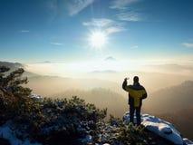 Fotografen vid den smarta telefonen tar bilden av det dimmiga bergiga landskapet Royaltyfri Foto