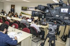 Fotografer och journalister p? presskonferensen i den Sao Paulo staden, Brasilien arkivbilder