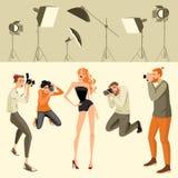 Fotografer tar ett foto av modellen Royaltyfri Foto