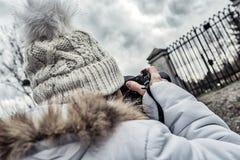 Fotografera den kvinnliga modellen med locket Arkivfoto