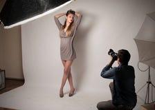 Fotografera en modellera Royaltyfria Bilder