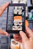 Fotografera ett sushimagasin Arkivfoto