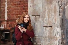 Fotografera för kvinna som är utomhus- Arkivfoto