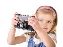 Fotografera liten flicka med den isolerade gammala kameran Royaltyfria Bilder