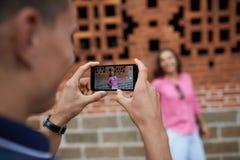 Fotografera med smartphonen Arkivfoton