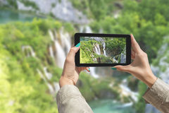 Fotografera Plitvice sjöar med minnestavlan Arkivbild