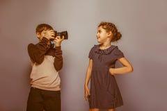 Fotograferar det europeiska utseendet för pojketonåringen tonårigt Arkivfoto