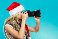 Fotografflicka i bilder för Santa Claus hattskytte Arkivbild