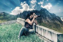 Fotograffrau schafft ein Naturbild Lizenzfreie Stockfotos