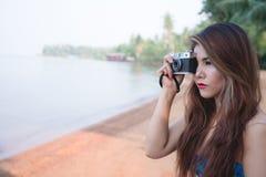 Fotograffrauentrieb-Fotokamera mit dem dslr im Freien lizenzfreie stockbilder