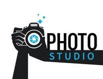 Fotografhände mit flacher Illustration der Kamera für Ikone oder Logoschablone Lizenzfreie Stockfotografie