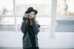 Fotografhipsterkvinna i hatt med den retro kammen Id?rikt lynne royaltyfri bild