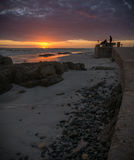 Fotografi alla spiaggia che prende le foto all'alba Fotografie Stock Libere da Diritti