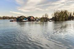 Fotografi av översvämmat land med att sväva hus på Sava River - Royaltyfria Bilder
