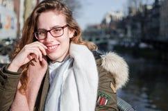 Fotografi av en flicka i gatorna av Amsterdam arkivbilder