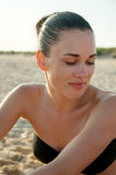 Fotografi av en härlig modell som kopplar av på en strand i vågorna Arkivbild