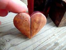 Fotografi av Handcrafted liten trähjärta Royaltyfria Bilder