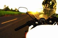 Fotografi av motorcykeln med soluppgång Royaltyfri Fotografi