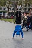 Fotografi av några grabbar som gör avbrottsdans i gatorna av London, Förenade kungariket royaltyfria bilder