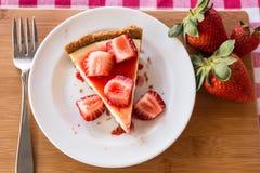 Fotografi av skivan av ostkaka med nya jordgubbar Royaltyfria Bilder