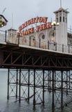 Fotografi av slottpir som visar det upplysta tecknet Brighton East Sussex UK royaltyfria bilder