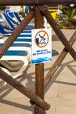 Fotografi av tecknet som säger ingen dykning Arkivbild