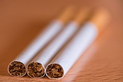 Fotografi av tre cigarrer på tabellen Royaltyfri Bild