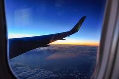 Fotografi av vingen av ett flygplan från inre royaltyfria foton