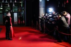 Fotografi che prendono le immagini su tappeto rosso Fotografia Stock