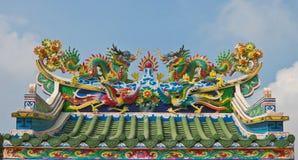 Statua cinese dei draghi sulla cima del tetto Fotografie Stock Libere da Diritti