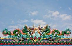 Statua cinese dei draghi sulla cima del tetto Immagine Stock