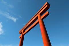 Fotografi för kultur för nedersta sikt för blå himmel för Torii port rött japanskt royaltyfri fotografi