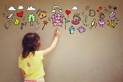 Fotografia śliczny dzieciak wyobraża sobie princess lub bajki fantazi set infographics nad textured ściennym tłem Zdjęcie Royalty Free