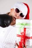 Fotografia Święty Mikołaj w słońc szkłach z prezentami zdjęcia stock