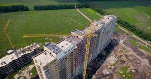 Fotografia aérea da construção sob a construção Construção de um edifício de apartamento Guindaste de construção no filme