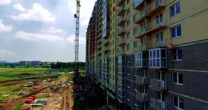 Fotografia aérea da construção sob a construção Construção de um edifício de apartamento O empregado executa video estoque