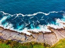 Fotografia aérea da costa e das ondas do mar imagens de stock royalty free