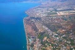 A fotografia aérea da praia de Lara e Antalya latem no fundo fotografia de stock royalty free