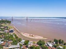 Fotografia aérea de Encarnacion em Paraguai que negligencia a ponte aos Posadas em Argentina imagens de stock royalty free