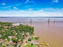 Fotografia aérea de Encarnacion em Paraguai que negligencia a ponte aos Posadas em Argentina fotografia de stock royalty free