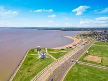 Fotografia aérea de Encarnacion em Paraguai que negligencia a praia de San Jose foto de stock