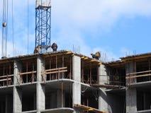 Fotografia aérea de um engenheiro civil não reconhecido sem uma cara, olhando o trabalho de construtores do telhado no canteiro d imagens de stock royalty free