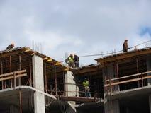 Fotografia aérea de um engenheiro civil não reconhecido sem uma cara, olhando o trabalho de construtores do telhado no canteiro d imagem de stock royalty free