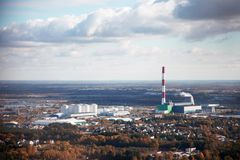 Fotografia aérea de uma cidade industrial com uma fábrica fotografia de stock