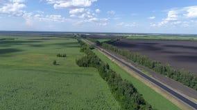 Fotografia aérea do tráfego na estrada em áreas rurais Foto de Stock Royalty Free