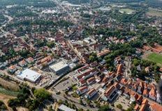 Fotografia aérea dos subúrbios da cidade do distrito de Gifhorn, tomada durante um voo com um avião ultraleve imagem de stock royalty free