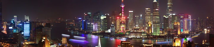 Fotografia aérea na skyline da barreira de Shanghai do sc da noite do panorama foto de stock