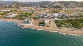 Fotografia aerea con i fuchi sopra la località di soggiorno di Benidorm fotografia stock