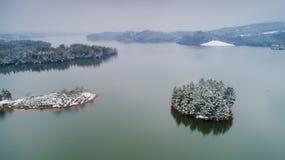 Fotografia aerea del lago Tianzi dopo neve città nella contea di Langxi, Xuancheng, provincia di Anhui, Cina immagini stock libere da diritti