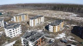 Fotografia aerea di nuovo complesso residenziale di Vanino sulla strada principale stock footage